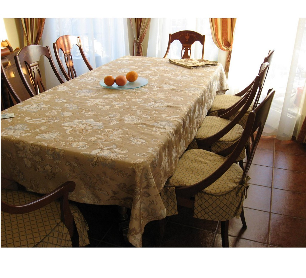 discounted table linens, dining room linens on table, table linens wholesale, plastic tablecloths
