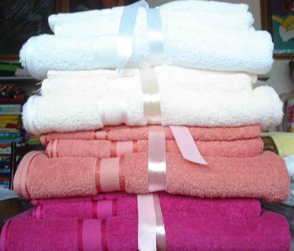 wholesale bath towels, hand towels, beach towels, washing red towels